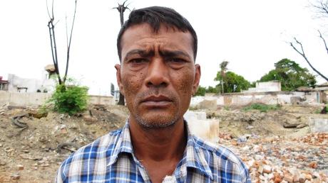 Tin Win Soe Soe, musulmán, entre las ruinas de su barrio arrasado en marzo de 2013 por una horda de radicales budistas. Meiktila, Myanmar.