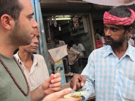 Comprando gutka en un puesto callejero de Varanasi (India, 2011)